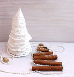 圣诞树由纸,桂香,开心果新年构成制成 免版税图库摄影
