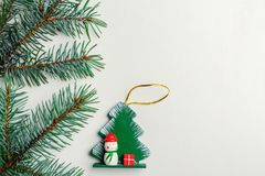 圣诞树的一个玩具和在一白色backgr的一棵云杉的云杉 图库摄影