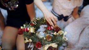 圣诞树的两女孩圣诞节花圈作为礼物为祖母做准备 股票视频