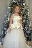 圣诞树的冬天公主 免版税库存图片