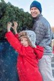 圣诞树的家庭购物 免版税库存图片