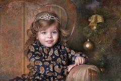 圣诞树的小女孩 免版税库存照片