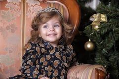 圣诞树的小女孩 免版税图库摄影
