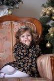 圣诞树的小女孩 免版税库存图片