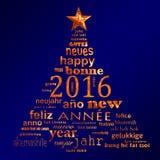 2016以圣诞树的形式新年多语种文本词云彩贺卡 免版税库存照片