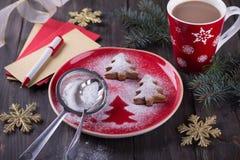 以圣诞树的形式自创圣诞节曲奇饼,洒与搽粉的糖 免版税图库摄影