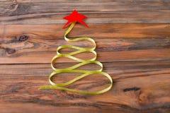 以圣诞树的形式被折叠的绿色丝带 免版税库存图片