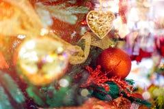 圣诞树的红色垂悬的球装饰品 发光的轻的与拷贝空间的火光快活的Xmas装饰背景为 免版税库存图片