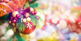 圣诞树的红色垂悬的球装饰品 发光的轻的与拷贝空间的火光快活的Xmas装饰背景为 免版税库存照片