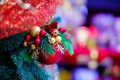 圣诞树的红色垂悬的球装饰品 发光的轻的与拷贝空间的火光快活的Xmas装饰背景为 库存照片