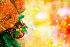 圣诞树的红色垂悬的球装饰品 发光的轻的与拷贝空间的火光快活的Xmas装饰背景为 库存图片