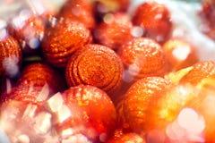 圣诞树的红色球装饰品 发光的轻的与拷贝空间的火光快活的Xmas装饰背景文本的 免版税库存图片