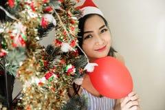 圣诞树的美丽的妇女 免版税库存照片