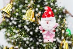 圣诞树的,这圣诞老人是季节问候 免版税库存图片