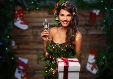 圣诞树礼服的妇女 免版税图库摄影