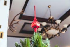 圣诞树美好的红色技巧在家庭猎物的 免版税库存照片