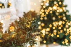 圣诞树背景和圣诞节装饰,弄脏,发火花,发光 免版税图库摄影