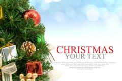 圣诞树背景用红色装饰品礼物盒莓果a 免版税库存照片