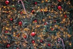 圣诞树背景的装饰关闭 2007个球圣诞节年 免版税库存照片
