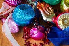 圣诞树装饰中看不中用的物品、玩具和五颜六色的装饰品 减速火箭的样式 免版税图库摄影