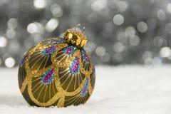 圣诞树装饰和银色闪亮金属片在雪 库存图片