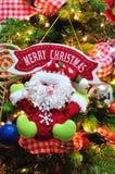 圣诞树装饰品和圣诞快乐标志 免版税库存照片
