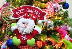 圣诞树装饰品和圣诞快乐标志 库存图片