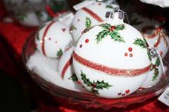 圣诞树装饰品在市场上 免版税库存图片