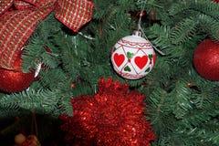 圣诞树装饰品在市场上 免版税图库摄影
