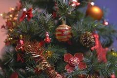 圣诞树装饰品挂上与光 免版税库存图片