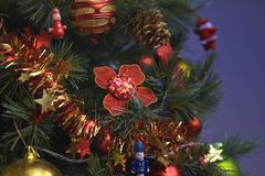 圣诞树装饰品挂上与光 库存图片