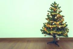 圣诞树装饰在有白色墙壁的空的屋子里 库存图片