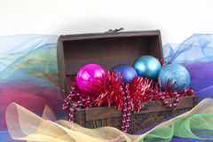 圣诞树装饰在白色背景隔绝的箱子的球服装 免版税库存图片
