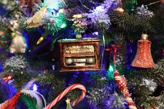 圣诞树装饰收音机 免版税库存照片