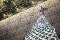 圣诞树装饰施华洛世奇在香港国际机场, 2014年12月31日的香港 图库摄影