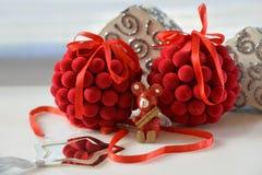 圣诞树装饰球和木熊 免版税库存图片