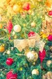 圣诞树装饰背景(被过滤的imag特写镜头  免版税库存照片