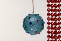 圣诞树装饰蓝色球和银在被隔绝的白色背景 免版税库存图片