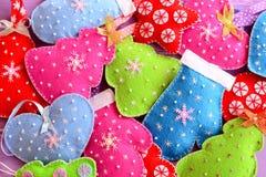 圣诞树装饰 俏丽的毛毡圣诞树、心脏、星、手套玩具装饰与小珠和雪花 库存图片