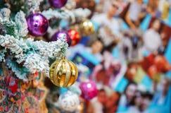 圣诞树金黄装饰球链子 庆祝冬天季节与圣诞节结婚和新年好2017年 免版税图库摄影
