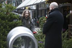 圣诞树销售在圣诞节市场上在伦敦 免版税图库摄影