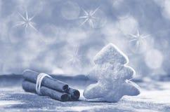 圣诞树饼干和cinnamons在灰色,轻的背景黏附 雪高射炮图象 棒棒糖圣诞节装饰品雪结构树 库存照片