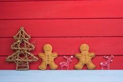 圣诞树驯鹿和姜饼人背景 免版税库存图片