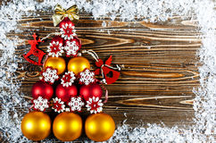 圣诞树,标示用红色和金子圣诞树球 圣诞树玩具说谎木表面上 在树旁边是w 库存照片
