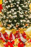 圣诞树,驯鹿礼物为圣诞节做准备 免版税库存照片