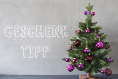 圣诞树,水泥墙壁, Geschenk Tipp意味礼物技巧 免版税库存图片