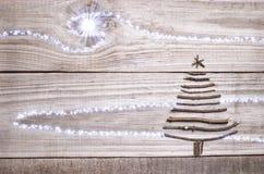 圣诞树从在木闪耀的灰色背景的棍子安排了 免版税库存照片