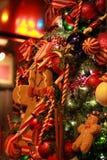 圣诞树细节装饰姜饼人温暖的红色 免版税库存图片