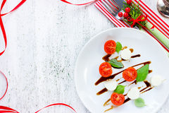圣诞树caprese沙拉,欢乐开胃菜 圣诞节表 库存照片