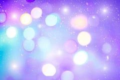 圣诞树Defocused五颜六色的ligths  在期间的多彩多姿的bokeh光降雪 贺卡的背景 免版税库存图片